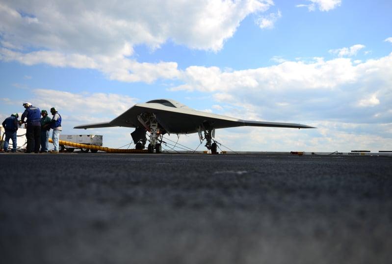 2013年5月14日,X-47B蝙蝠翼匿跡無人機在維珍尼亞洲海岸附近,從布殊號航空母艦(USS George HW Bush)甲板彈升。 (US Navy/MC3 Kevin J. Steinberg/AFP)