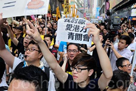 香港市民逼爆旺角,支持為法輪功仗義直言而被中共勢力抹黑的林慧思老師,不少人都高舉紙牌要親共組織青關會、愛港力滾出香港。(宋祥龍/大紀元)