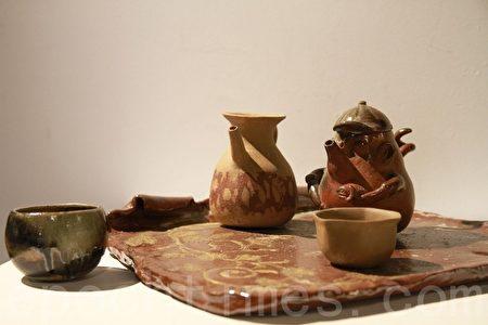 喝茶,展開人生卷藏的記憶。圖為賴純芝・開卷詩陶藝創作。(許享富/大紀元)