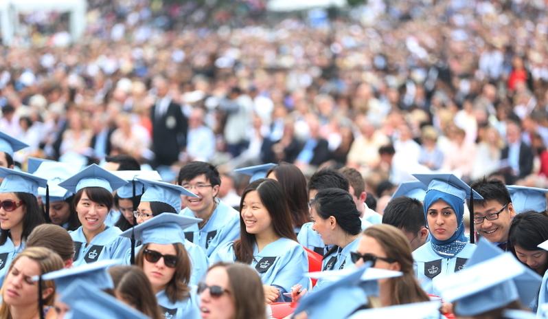 美國企業研究所(AEI)亞洲研究主任卜大年(Dan Blumenthal)在國會參加「中國挑戰」聽證會,探討中共如何運用經濟脅迫手段達到政治目的,並提出了一系列應對措施,包括限制中共黨內高層人士子女到美國的留學簽證。圖為在美國紐約哥倫比亞大學畢業典禮上的華裔學生。(杜國輝/大紀元)