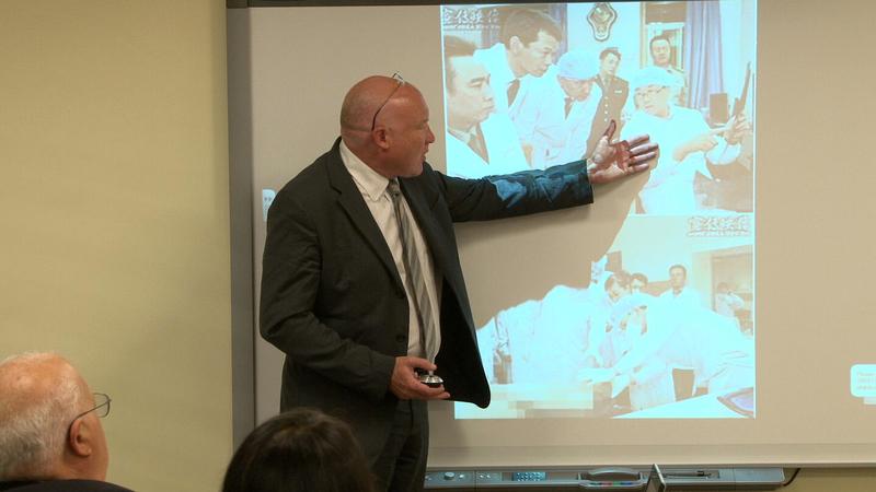2014年8月,美國資深中國分析人士伊森.葛特曼(Ethan Gutmman)在華盛頓DC 智囊美國國家民主基金會(NED)向智囊研究員、國會工作人員和西方主流媒體,展示王立軍身穿白大褂在錦州市公安局現場心理研究中心現場進行解剖研究指導的照片。(方明/大紀元)