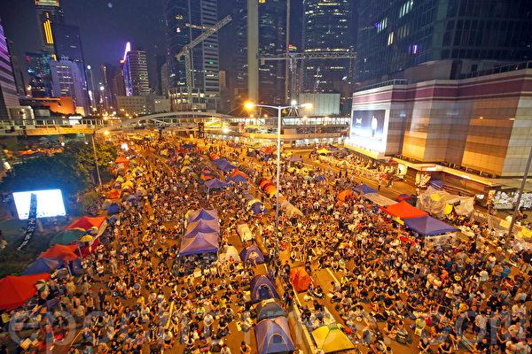 圖為2014年10月,香港「雨傘運動」已持續超過兩個星期,不少市民響應學民思潮和學聯的呼籲,一人一帳篷,在金鐘政府總部旁的「雨傘廣場」紮營為寨,長期抗爭。(潘在殊/大紀元)