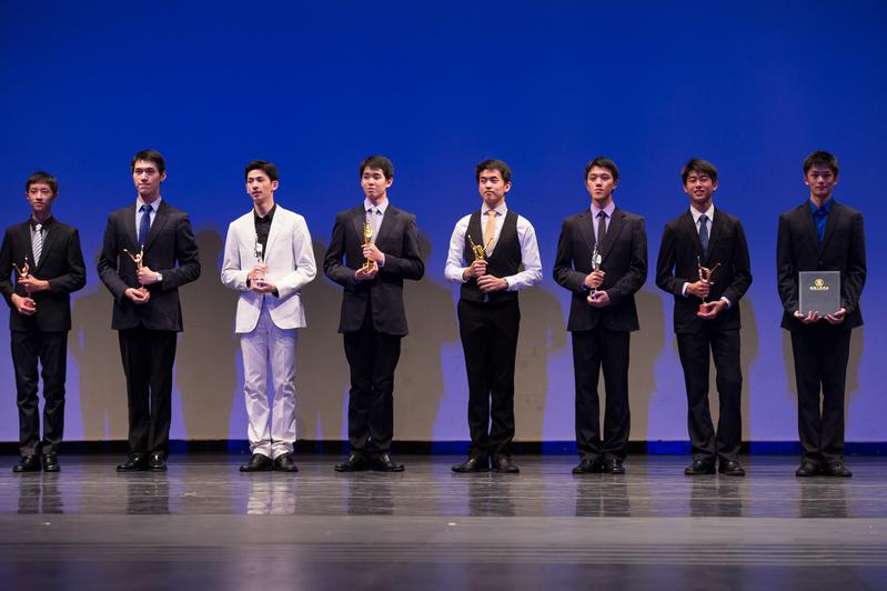 2014年,陳柏維(右二)在第六屆「全世界中國古典舞大賽」中獲銅獎。(戴兵/大紀元)