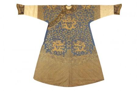 清中期 藍色緙絲加繡彩雲金龍紋龍袍(男)。(台灣國立歷史博物館)