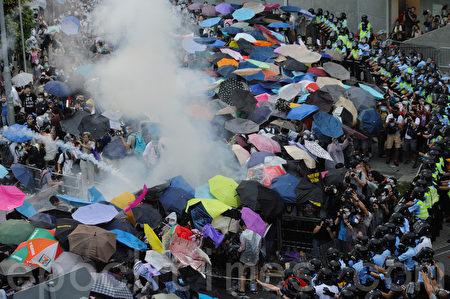 2014年9月28日警方釋放87枚催淚彈促使震驚國際的雨傘運動爆發。(大紀元資料室)