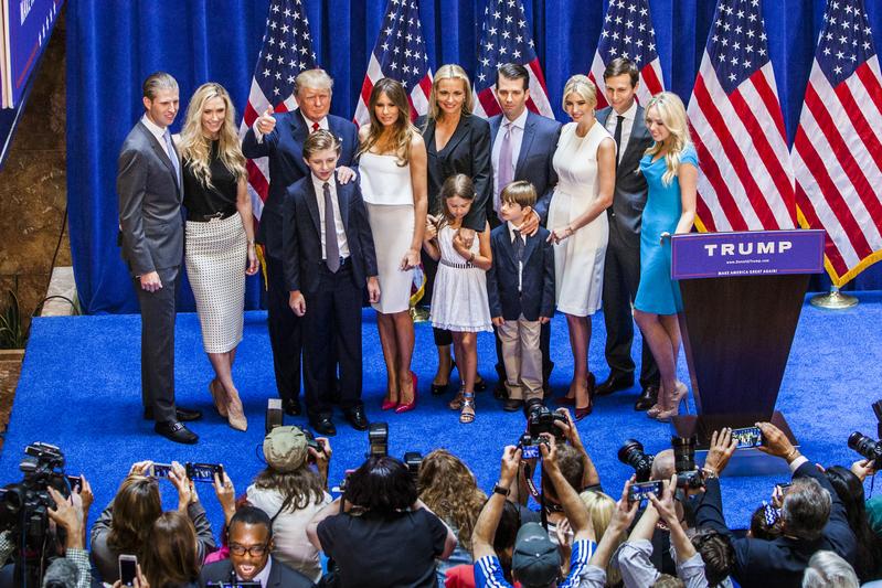 媒體多次爆料,中共為特朗普家族企業開綠燈還積極與特朗普女兒、女婿拉關係,似乎有意滲透白宮。圖為去年6月16日特朗普宣佈競選美國總統時,與家人亮相。(Christopher Gregory/Getty Images)