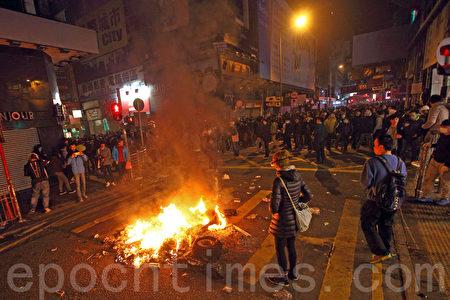 初二(9日)凌晨,旺角爆發大規模警民衝突,持續至日間,有示威者在街道上點起火堆。(潘在殊/大紀元)