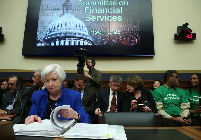 2016年2月10日,美聯儲主席耶倫在眾議院金融服務委員會作半年度貨幣政策報告時表示,全球經濟放緩、油價暴跌、美元走強不利出口,以及股市動盪,不利美國經濟增長,或將阻礙美聯儲的升息步伐。圖為2月10日美聯儲主席耶倫在國會作證的情形。(Mark Wilson/Getty Images)