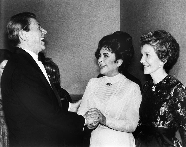 1981年3月19日,新就任的美國總統列根、第一夫人蘭茜(右)和美國影星伊莉莎伯·泰萊(中)在華盛頓特區的甘迺迪中心。(AFP)