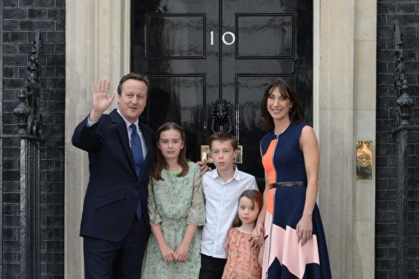 卡梅倫全家揮別首相府 么女偷偷哭了