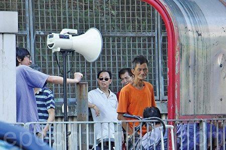 7月23日,中共外圍組織香港加僑反X教協會用大喇叭在舞蹈大賽場館外播放污衊錄音擾民。(大紀元)