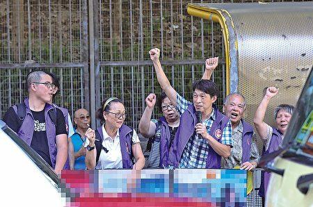 7月23日,在麥花臣場館外,數名身穿白色統一制服的同心聯成員及身穿綠色統一制服的青關會成員,派發污衊單張並滋擾市民。( 大紀元)