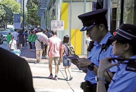針對中共外圍組織在比賽場館外滋擾,警方表示,將密切關注事態發展,並警告肇事者勿以身試法。圖為7月23日警員在會場附近加強巡邏。(余鋼/大紀元)