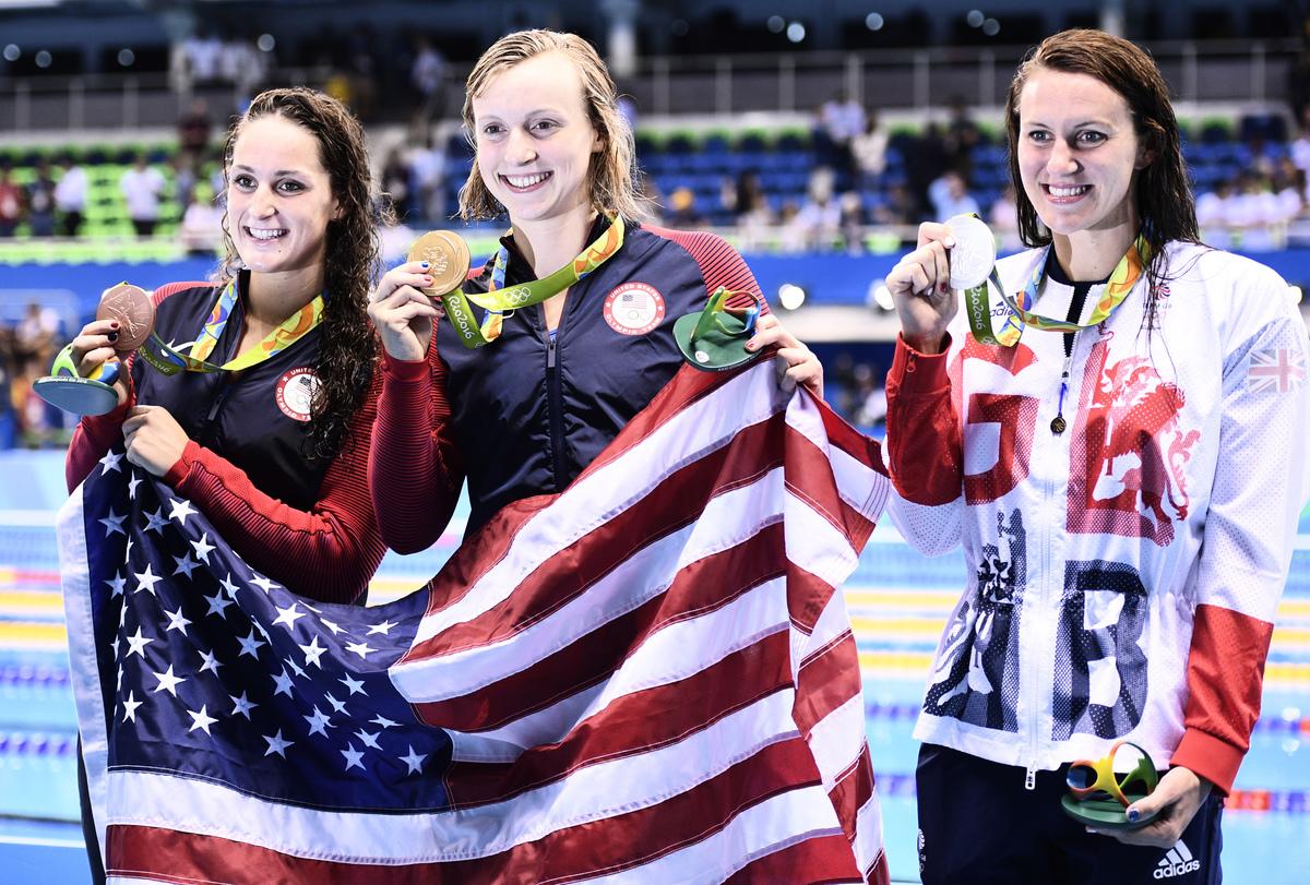 圖為金牌得主Katie Ledecky(中)和隊友銅牌得主Leah Smith(左)及銀牌得主英國選手Jazz Carlin在領獎台(右)。(Martin BUREAU/AFP)