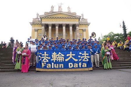 圖19:天國樂團和仙女隊在Eger市著名的大教堂前合影留念。(大紀元)