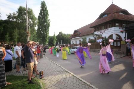圖16:仙女隊在行進中表演。(大紀元)