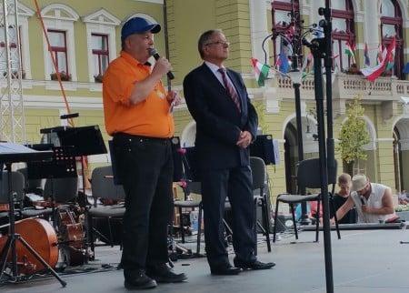 活動的組織者、資深媒體人Tibor在國慶日慶典上演講。(大紀元)