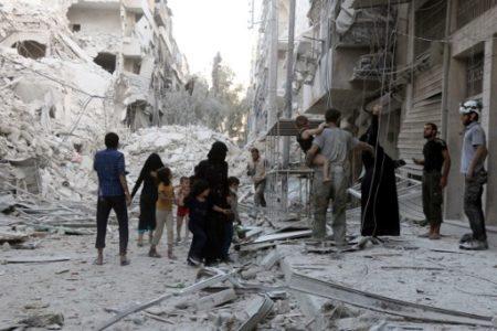 9月23日居民逃離阿勒頗空襲地區。( AFP PHOTO / THAER MOHAMMED)