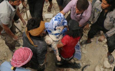 空襲中死難兒童。(AFP PHOTO / AMEER ALHALBI)