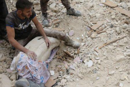 阿勒頗東部地區遭到空襲。(AFP PHOTO / AMEER ALHALBI)