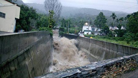 強烈颱風莫蘭蒂侵台,花蓮一夜間歇性大雨和陣風,多條溪水上漲,甚至漫過橋面,幸無災情傳出。(民眾提供)
