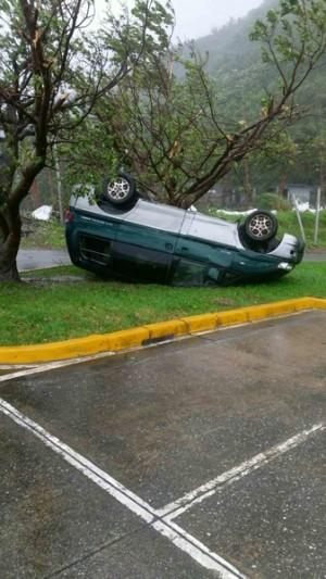 莫蘭蒂颱風超過17級陣風橫掃蘭嶼,1台停在機場的休旅車被掀翻。(民眾提供)