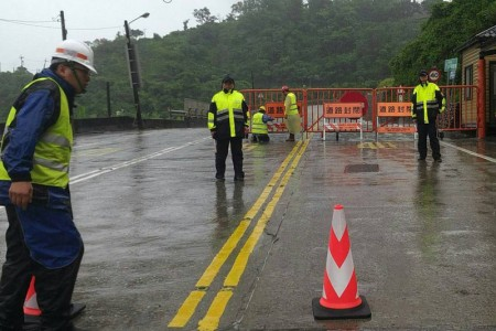 超強颱風莫蘭蒂來襲,蘇花公路和平至崇德路段發生強降雨,現場多處雨瀑夾帶土石泥流,公路總局9月14日上午11時30分預警性封閉,呼籲返鄉民眾提早規劃避開風雨時段。(公路總局提供)