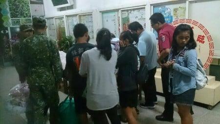 颱風莫蘭蒂直撲恆春半島,9月14日上午有2萬多戶停電,易淹水地區居民進行預防性撤離,進入收容所安置。(恆春警方提供)