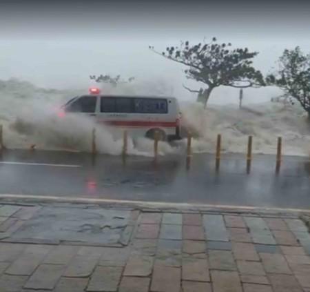 超強颱風莫蘭蒂9月14日直撲屏東恆春半島,1輛墾丁消防分隊救護車路經南灣,被海浪迎面撲上來,所幸沒翻車,也沒人員傷亡,但車上2名隊員受極大驚嚇。(邵坤泰提供)