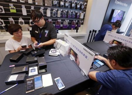 全球傳出多宗Samsung Note7燃燒事故,南韓手機大廠三星日前宣佈,將針對全球Note 7用戶提供更換新機服務,並暫停銷售。台灣三星9月23日起開始進行Note7換機作業,不少用戶下午到銷售門市更換手機。(中央社)