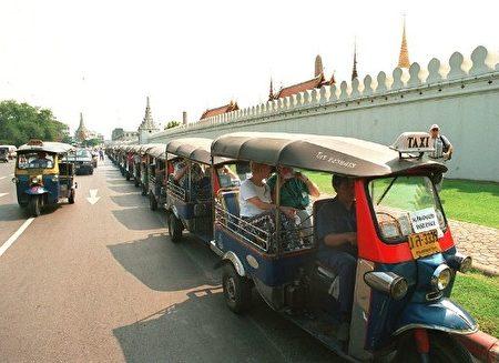 泰國Tuk Tuk非常適合遊客欣賞沿街的風。(PORNCHAI KITTIWONGSAKUL/AFP)