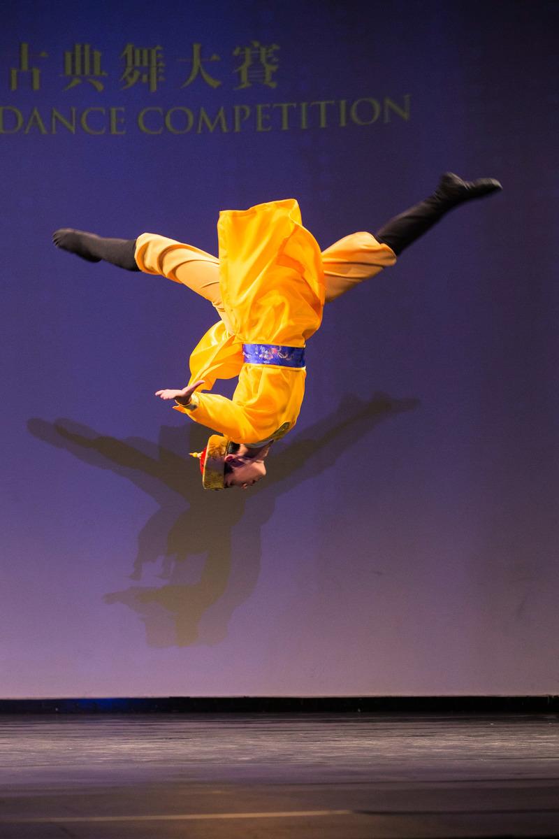 2016年,陳柏維在第七屆「全世界中國古典舞大賽」中,演繹舞劇《少年天子》。(戴兵/大紀元)