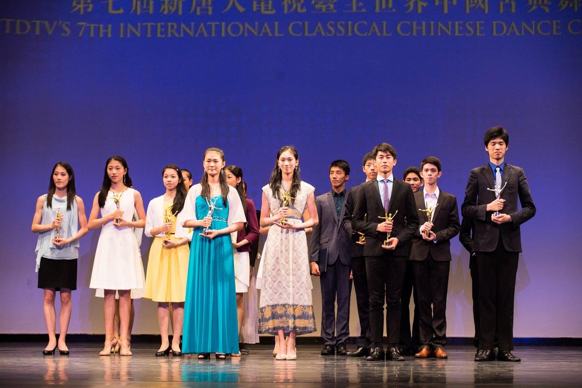 新唐人第七屆「全世界中國古典舞大賽」少年女子組,少年男子組獲獎選手。 (戴兵/大紀元)