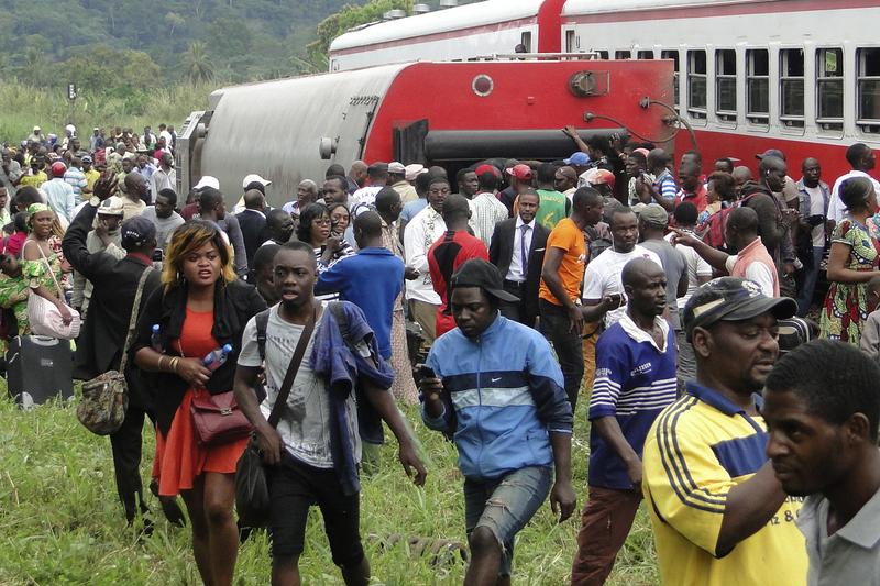 喀麥隆火車21日發生出軌意外,造成至少55死,575人受傷。(STRINGER/AFP/Getty Images)
