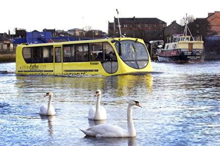 荷蘭鹿特丹水陸兩用巴士。(Andy Buchanan/AFP/Getty Images)