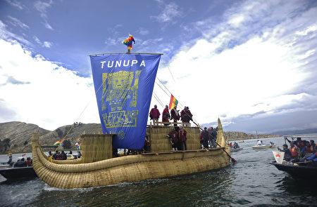 秘魯的的喀喀湖的蘆葦船是居民們往來湖面上不同島嶼的交通工具。(JORGE BERNAL/AFP/Getty Images)