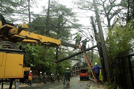 強颱風「海馬」肆虐菲律賓北部地區,非正式統計顯示,奪走至少7人性命,基礎建設破壞嚴重。(STRINGER/AFP/Getty Images)