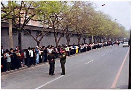1999年4月25日,法輪功萬人中南海和平大上訪,靜靜的沒有任何喧嘩。而中共則誣陷法輪功萬人圍攻中南海,並籍此發動對法輪功團體的全面鎮壓運動。(明慧網)