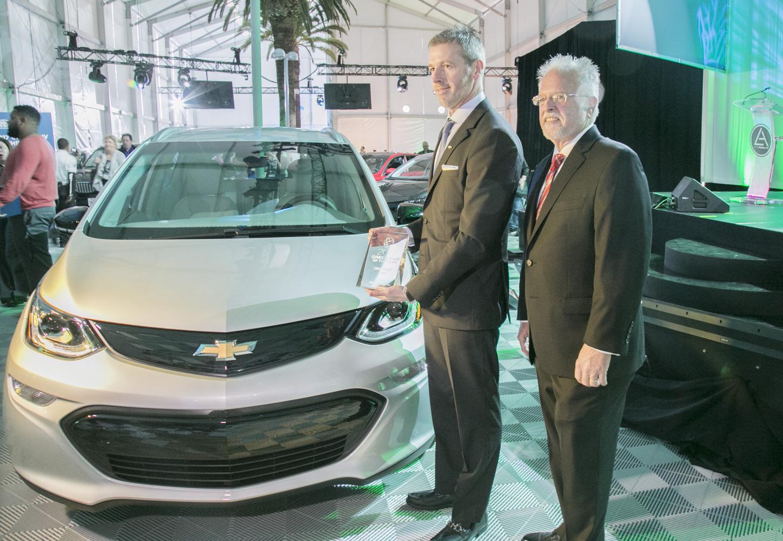 Bolt EV獲選《綠能汽車雜誌》的年度環保車,主編及發行人Ron Cogan(右)向雪佛蘭市場總監Steve Majoros頒獎。(曹景哲/大紀元)