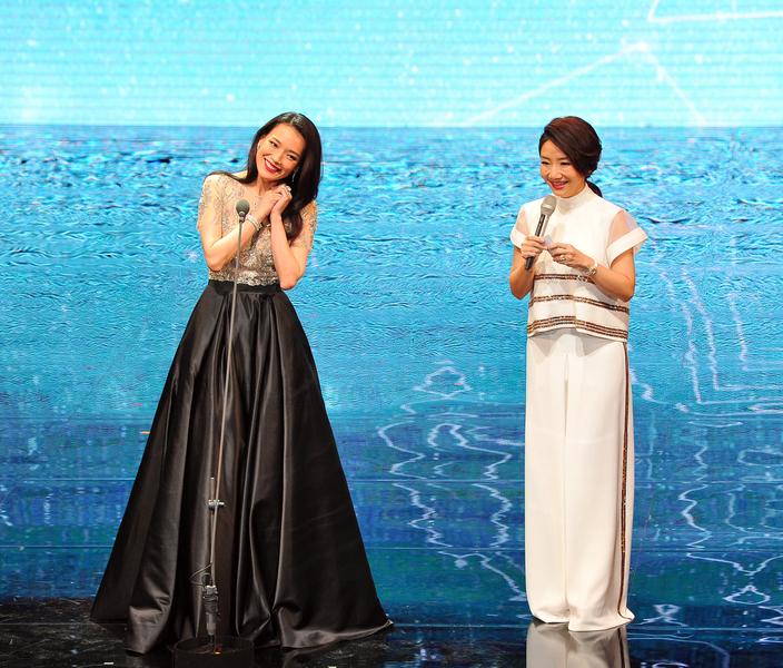 舒淇(左)26日在金馬獎頒獎禮上擔任頒獎嘉賓,被主持人陶晶瑩開玩笑說她懷孕。(台視提供)