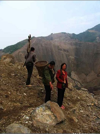 「我又去了這個大爆炸現場,路上每個村民都告訴我:這些石頭、土全部是炸飛過來的。」(大陸網友提供圖片)
