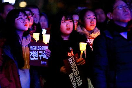 26日南韓民眾的大規模示威,參與的學生格外眾多。朴槿惠親信崔順實之女鄭某被曝以「走後門」手段被梨花女大錄取後,引發學生們的強烈反感。(全景林/大紀元)