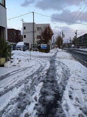 受到寒流影響,北海道廣範圍地區下大雪,6日札幌市積雪達22公分,11月上旬雪量創下21年紀錄。(民眾提供/中央社)