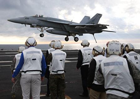 大黃蜂戰鬥機將降落艾森豪威爾航空母艦甲板。(Mark Wilson/Getty Images)