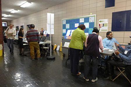 孫逸仙中學的投票站往年華人為主,今年冒出來很多白人選民。(蔡溶/大紀元)