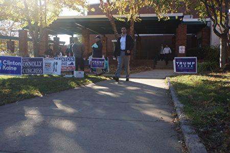 各個陣營的志願者都來到投票點外,抓緊最後時機「拉票」。「大選日」放假的中學生也在場外設立攤位,兜售咖啡和糕點。(大紀元/林樂予)