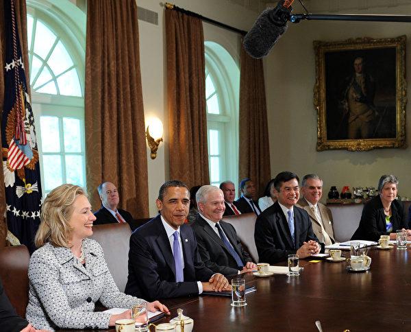 2011年5月3日,奧巴馬再白宮召開內閣會議。圖左一為時任國務卿希拉莉,右二為時任商務部長駱家輝。(Leslie E. Kossoff-Pool/Getty Images)