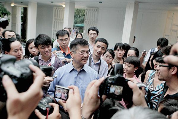 2011年8月14日,剛到北京上任的駐華大使駱家輝在住處會見媒體。(Photo by Lintao Zhang/Getty Images)