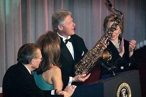 希拉莉又頭痛?FBI公開克林頓赦免富豪舊檔案
