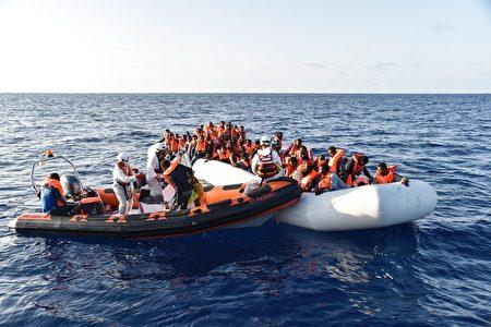 聯合國難民署發言人周四表示,北非利比亞對出海域周三深夜有兩艘難民橡皮艇先後沉沒。圖為救援人員在行動。(ANDREAS SOLARO/AFP/Getty Images)